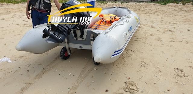 Bánh xe kéo giúp xuồng hơi đi trên cát dễ dàng hơn